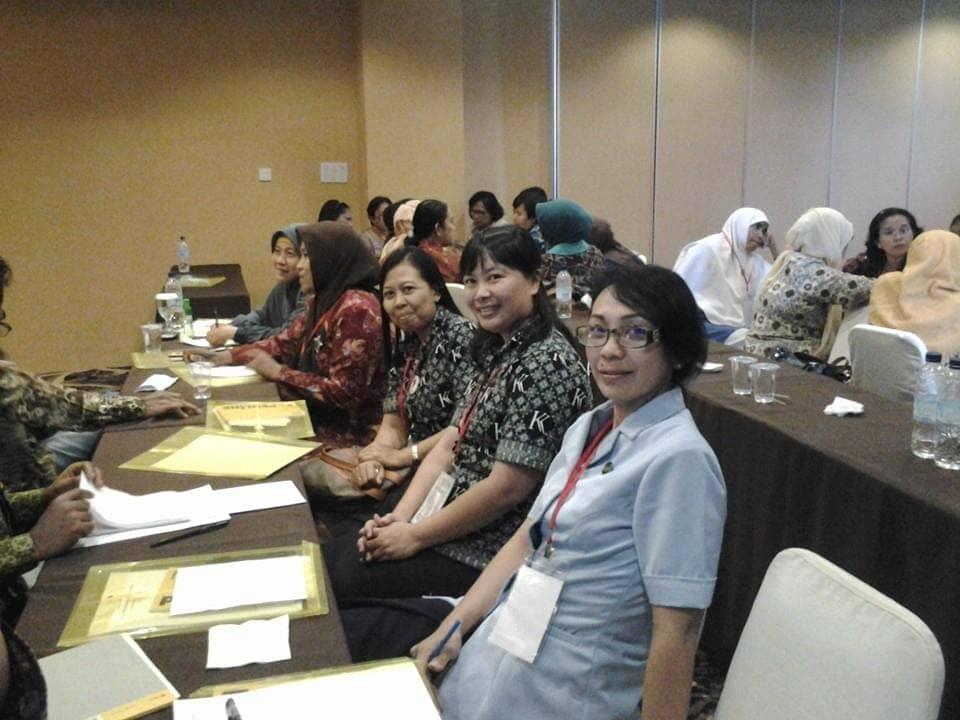 Ibu Trifosa Lily Susanti (Direktur Pelaksana SKKK Jayapura) bersama Ibu Dyah Yatik Suebu (Kepala Unit TK Kristen Kalam Kudus Jayapura) menghadiri Undangan GOP TKI