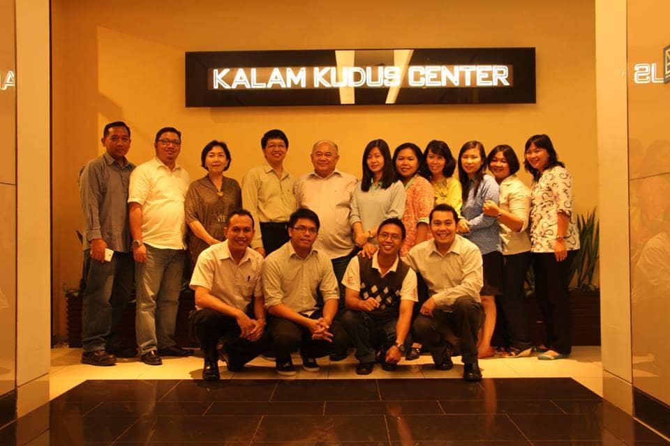 Tim Penyusun Bahan Ajar Pelajaran Agama Kristen Berfoto Bersama di depan Kalam Kudus Center, APL Tower, Jakarta