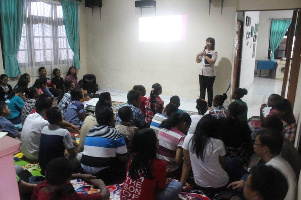 Ibu Trifosa Lily Susanti, Direktur Pelaksana SKKK Jayapura membawakan Ceramah