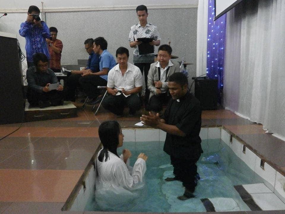 Sdr. Veshea Gozal menjalani Baptis Dewasa