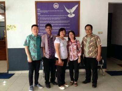 Berfoto bersama Pdt. Gereja Kristen Kalam Kudus Bandung; Direktur Pelaksana SKKK Bandung; dan Ketua Yayasan Kalam Kudus Bandung