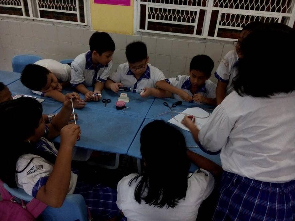 Siswa SD membuat rangkaian listrik