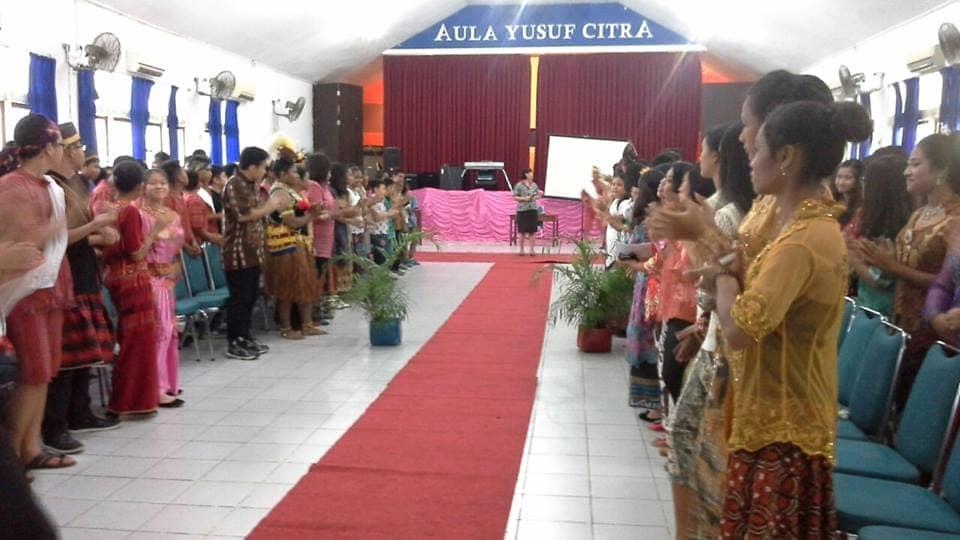 Ibu Trifosa Lily memberi pengarahan dan refleksi dalam peringatan Hari Kartini. Kegiatan dilaksanakan 22 April 2016