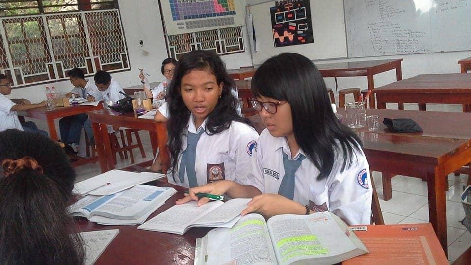 Siswa SMA Praktek Biologi di Laboratorium
