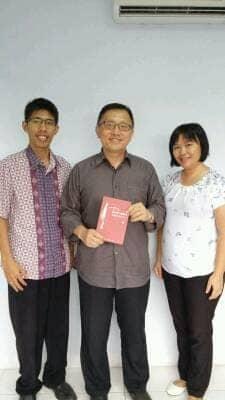 Berfoto bersama Pimpinan Penerbit VISI Bandung, Bpk. Ichawan