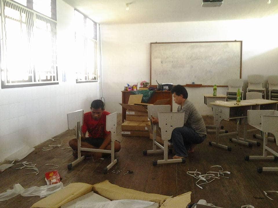 Guru SD, Bpk. Vicky Rungkat dan Bpk. Anselmus Narang merangkai bangku baru