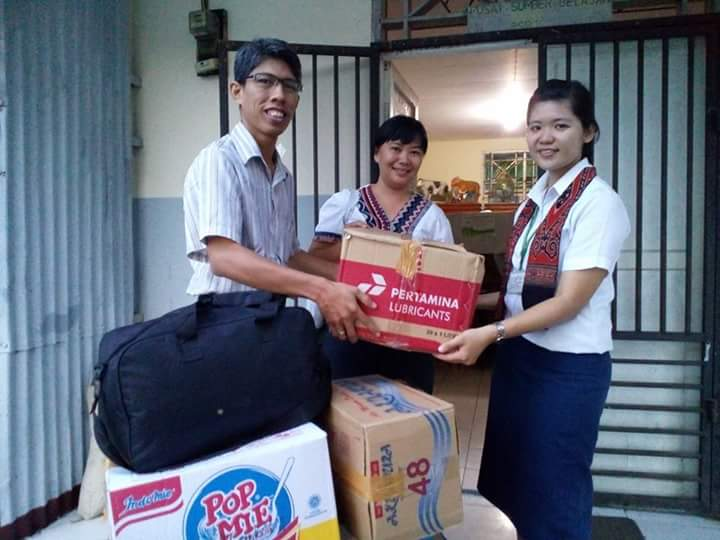 Mewakili Komsel Pasutri menyerahkan sumbangan pakaian dari beberapa jemaat dan orangtua murid Kalam Kudus Jayapura untuk pasar murah, kepada masyarakat kampung harapan, dalam rangka penggalangan dana bagi perawatan Sdr. Yohanes Alvin Santoso.